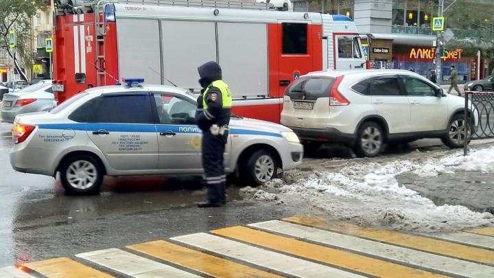 В центре Ростова на Пушкинской выставили оцепление из-за двух бесхозных сумок
