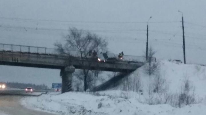 «Машина повисла на мосту»: под Тольятти водитель легковушки протаранил отбойник на путепроводе