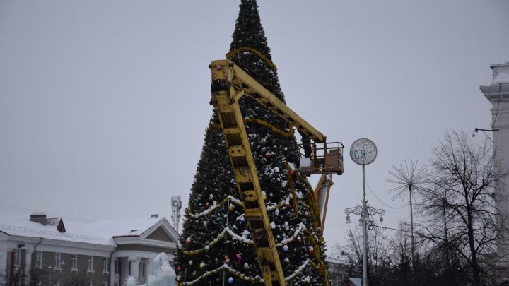 На центральной площади Кургана и у «Современника» начали разбирать новогодние ёлки