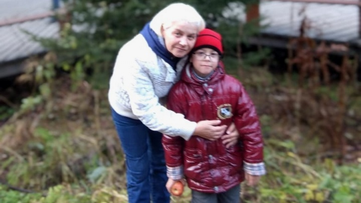 «Забирали из дома и жили в подъездах»: бабушка усыновила внука после предательства его родителей