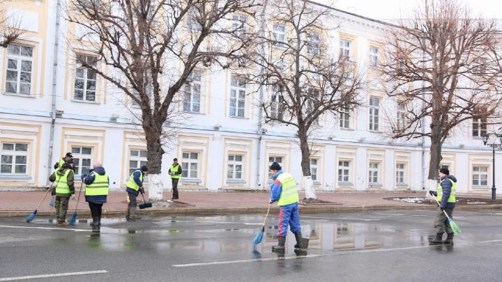 «Чтобы было комфортно»: в Ярославле на Советской площади раскидали лужи лопатами. Видео