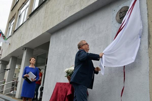 Открывал мемориальную доску главный врач областной больницы Сергей Мысливцев