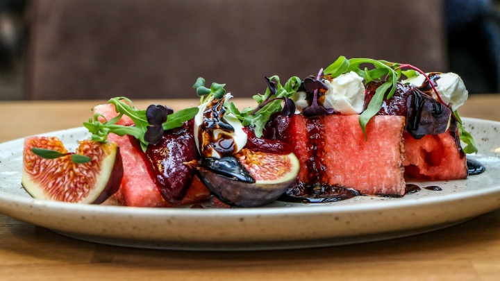 Салат с арбузом, тыквенный суп с грушей и безе с инжиром. Готовим обед по рецептам от шеф-повара