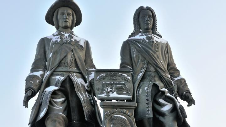 Екатеринбургское издательство начали судить за использование фото памятника Татищева и де Геннина
