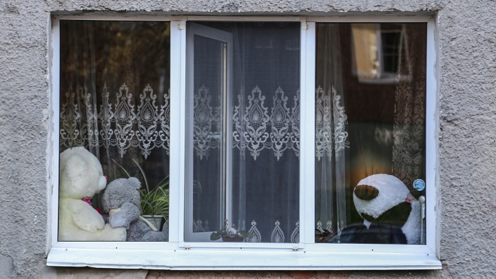 Как уберечь ребенка от пластикового окна: ставим защиту, чтобы не допустить трагедии