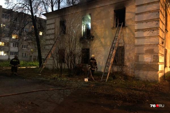 Пожарные проводят обследование здания