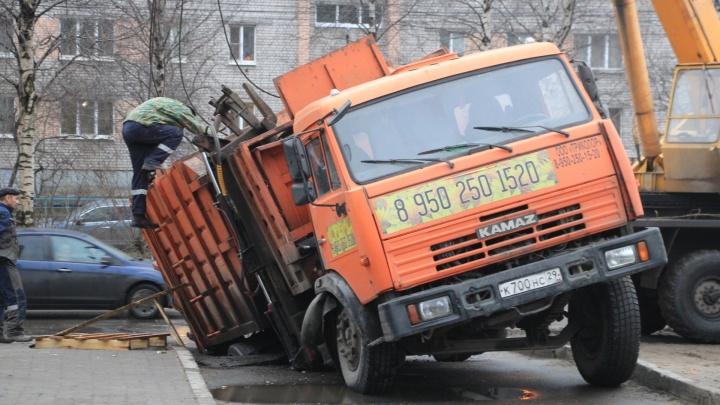 """«А ведь в """"аварийку"""" звонили»: в Архангельске под асфальт провалился мусоровоз"""