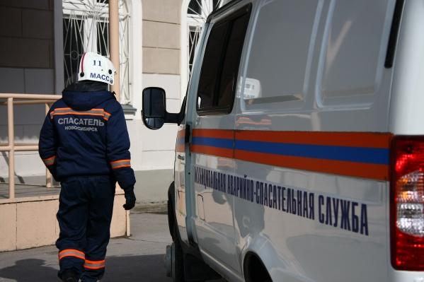 Тело погибшего рабочего из шахты лифта вытащили спасатели