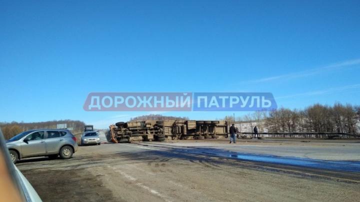 На трассе в Башкирии  перевернулась фура: есть пострадавшие