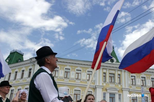Все национальности несли с собой флаги России