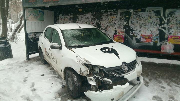 В Перми автомобиль такси врезался в остановку «Мильчакова» и сбил троих человек