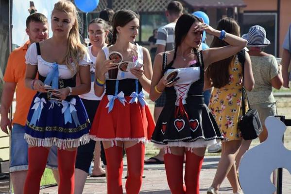 На фестивале народных напитков в «Курочкино» можно дегустировать всё, что пьётся, и знакомиться с хорошенькими немками. Говорят, некоторые их них могут оказаться настоящими иностранками