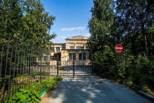 """Школу <nobr class=""""_"""">№ 54</nobr> на улице Крылова пытаются снести больше 10 лет, но в ней до сих пор учатся дети&nbsp;"""