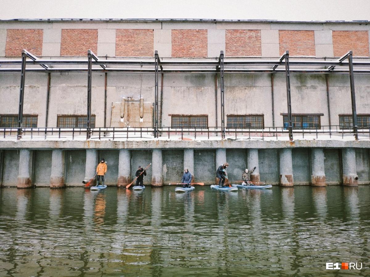 Уральские серферы в Крещение прокатились на досках по реке Тагил