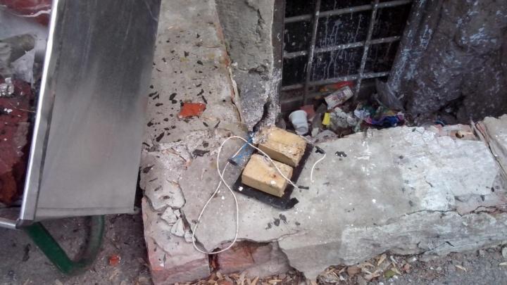 """""""Стоят полицейские, всё оцеплено"""": во дворе дома на Уктусе нашли устройство, похожее на бомбу"""