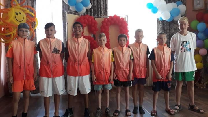 Москвич отправил 10 коробок спортивных вещей в Красноярск для детей из детских домов