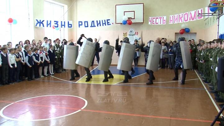 «Палкой сверху бей!»: в южноуральской школе силовики показали кадетам, как разгонять протестующих