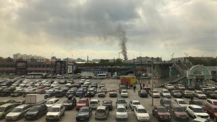 На место едут пожарные расчёты: над Ленинским районом поднялся столб дыма