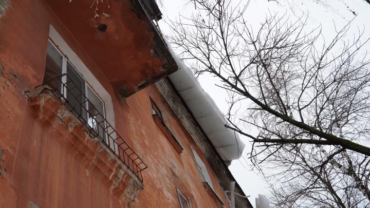 Вчера снег сорвал балконы, сегодня оторвал трубу. УК обещает прийти в дом на Горняков «завтра»