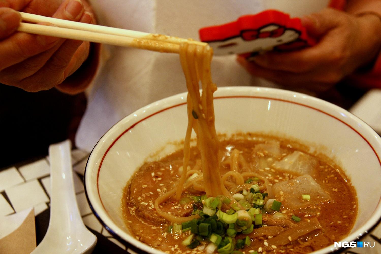 Сегодня в Японии существует множество видов рамена. На фото — мисо-рамен в ресторане Aziatish (480 рублей)