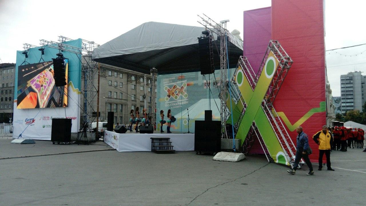 Выступление девушек-чирлидеров. Фото Стаса Соколова