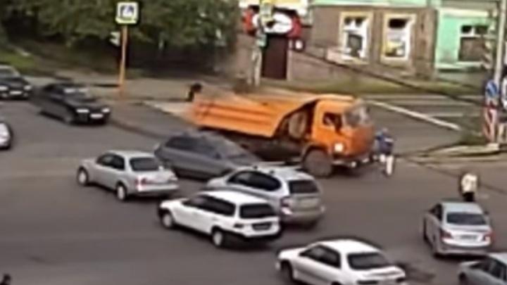 Водитель КамАЗа сбил попавшего в слепую зону пешехода на Мичурина