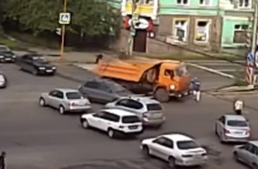 Невнимательный шофёр «КамАЗа» сбил пешехода при повороте наМичурина