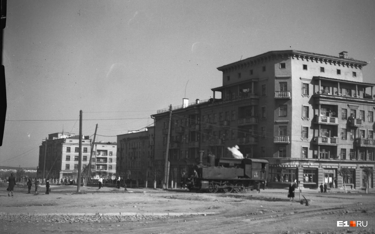 Тридцатые годы, паровоз едет по улице Культуры (сзади виден дом №8). На снимке— трехосный маневровый локомотив. Этот тип паровозов в народе прозвали «лягушками» из-за характерных пыхтящих звуков, которые они издавали