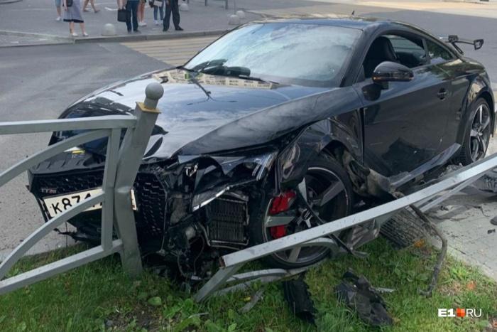 Водитель дорогой иномарки дважды врезался в ограждения