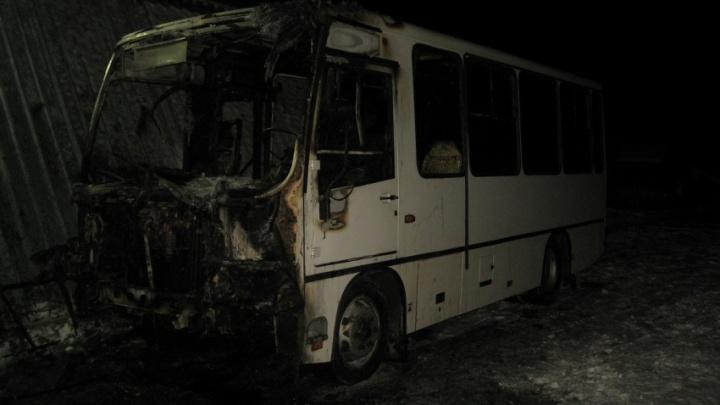 Прогревали мотор, а вспыхнул весь автобус: на стоянке в Новодвинске сгорел ПАЗ
