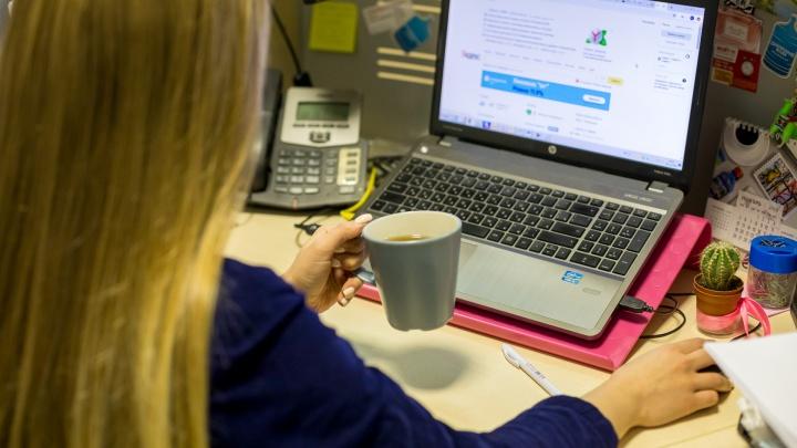 Пить чай и разговаривать с коллегами: красноярцы рассказали, что им запрещают на работе