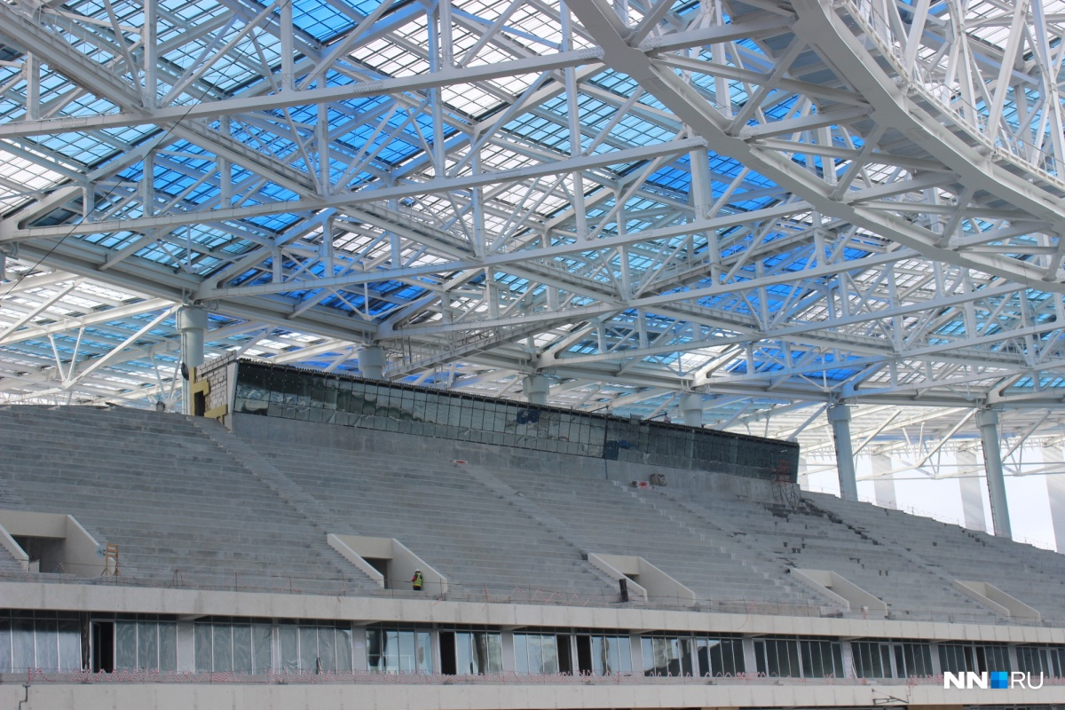 Пока еще не все кресла установили на стадионе.