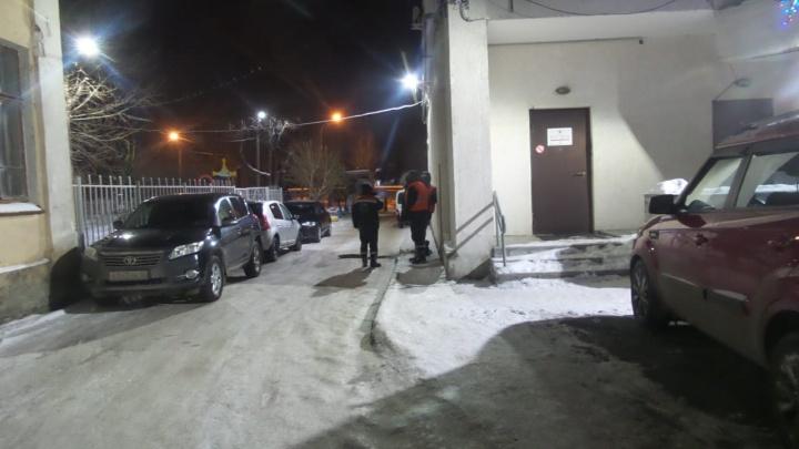 «Зимний фонтан»: во дворе вечерней школы в районе Автовокзала прорвало трубу