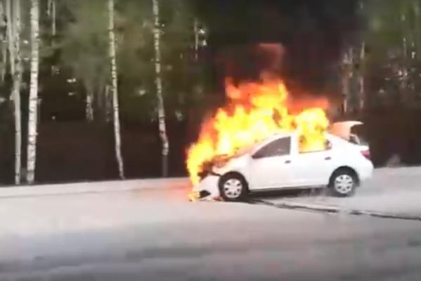 Белый автомобиль загорелся на улице Кедровой