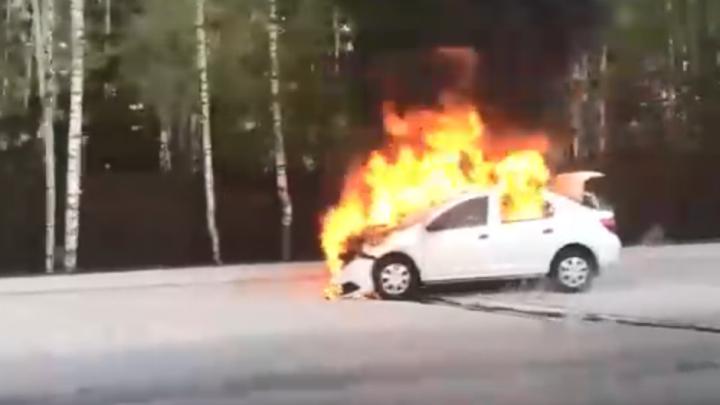 В Заельцовском районе загорелась легковушка: на место выехали пожарные
