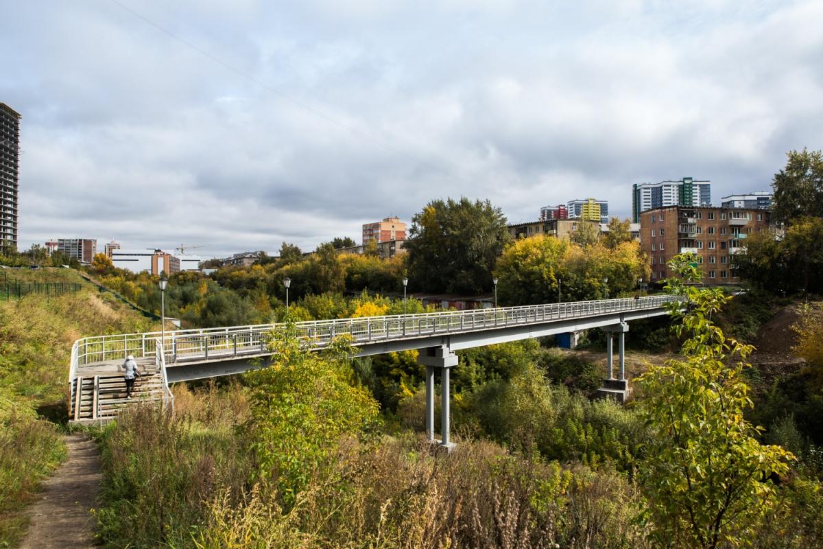 Мост перекинули через овраг с улицы Танковая на улицу Овражная