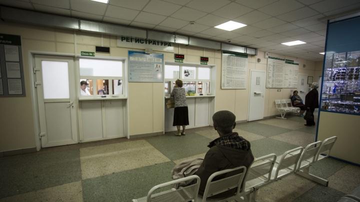 Очевидцы сняли в поликлинике пациентку с табуреткой вместо костылей