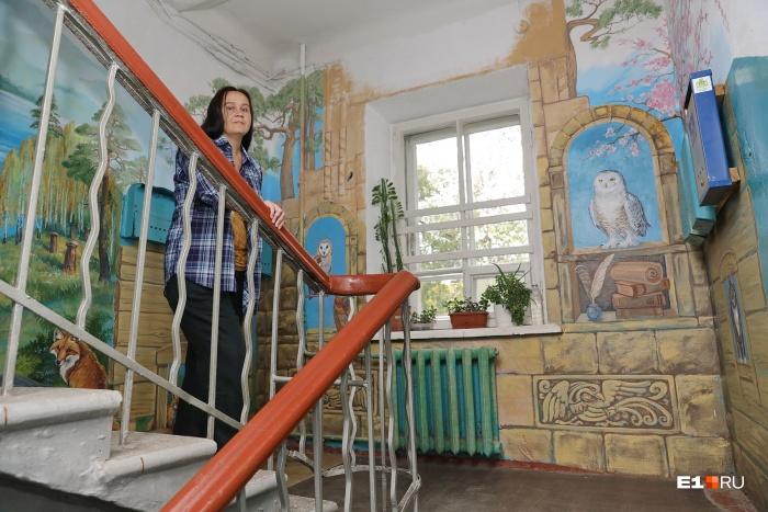 Ольга Катракова — профессиональный художник, а подъезд разрисовала для своего удовольствия