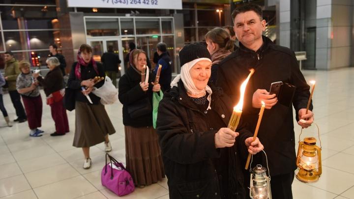 В Екатеринбург спецрейсом доставили Благодатный огонь из Иерусалима