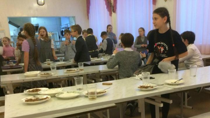 «Носит пирожок из дома»: в Ярославле за оплату школьного питания стали брать комиссию