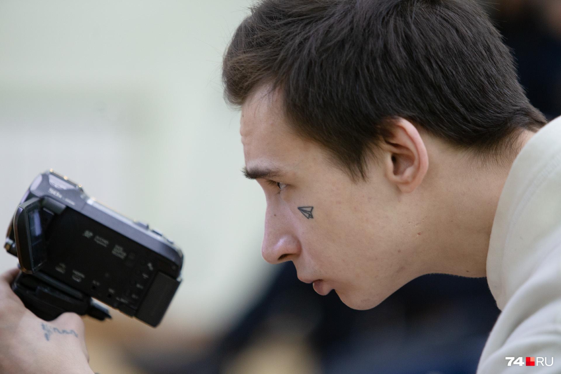 А это оператор челябинского штаба Навального. Подписчики их канала смогли посмотреть выступление онлайн