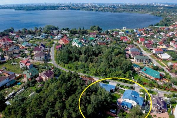 Коттедж с гостевым домиком находится недалеко от озера Шарташ