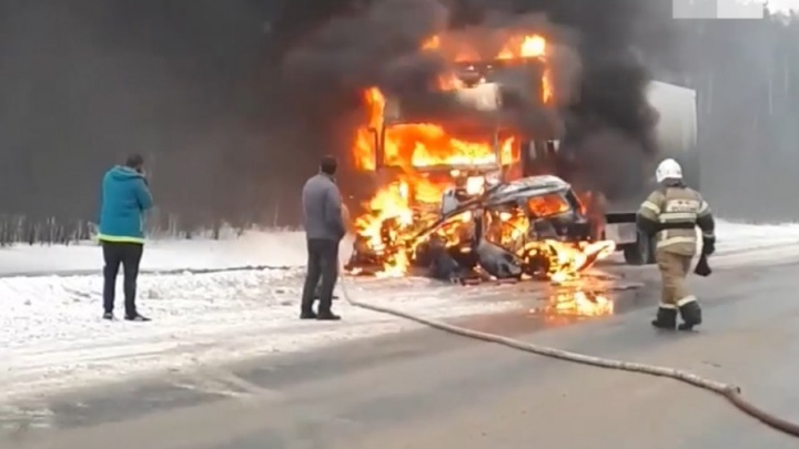 ДТП на дороге из Кирова в Пермь: внедорожник и КАМАЗ столкнулись и загорелись. Видео