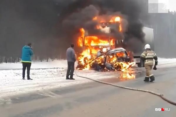От удара при столкновении загорелись обе машины