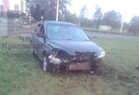 Mazda въехала в бордюр и выехала на газон. Водитель и пассажир бросили машину и убежали
