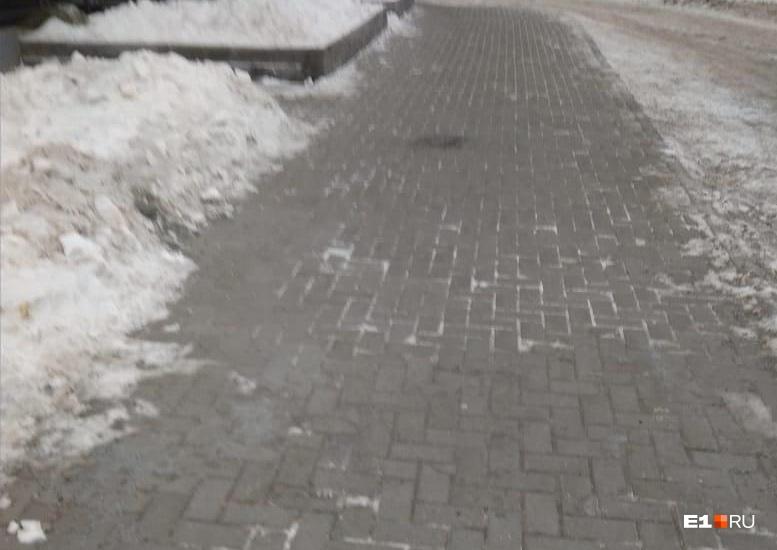 Падение случилось на этом участке. На следующий же день тротуар почистили