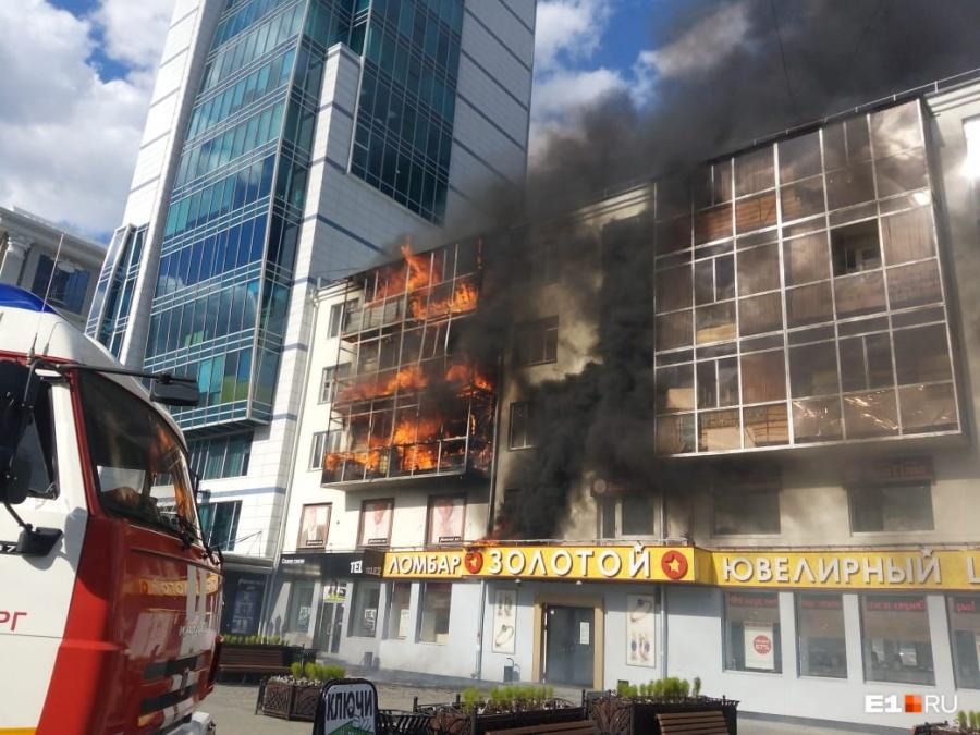 Пламенем были объяты три этажа
