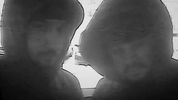 Объявлены в розыск двое мужчин на серебристой «Тойоте»: они напали на владельца припаркованного авто
