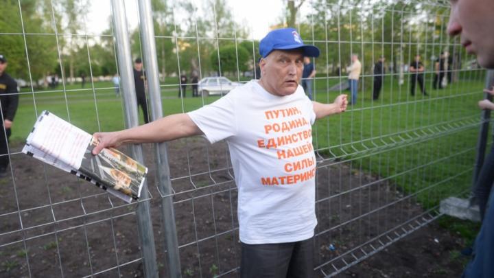 В Екатеринбурге вынесли приговор Деду-пикету, который ударил полицейского плакатом по руке