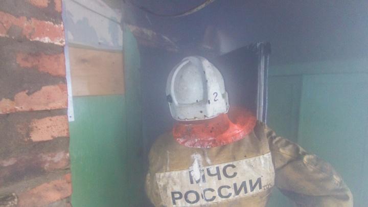 «Из-за искры возникло пламя»: на улице Калинина горел мазут в металлической бочке